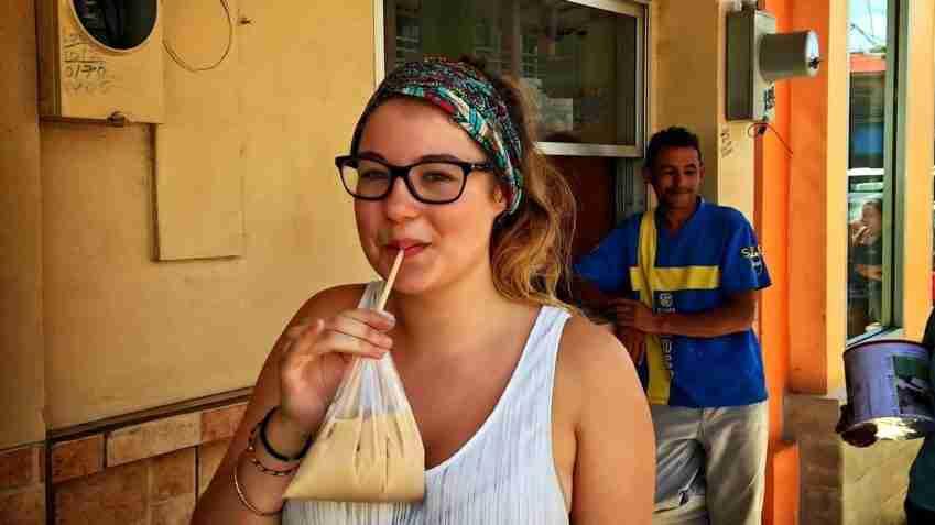 Flo disfrutando de una refrescante horchata