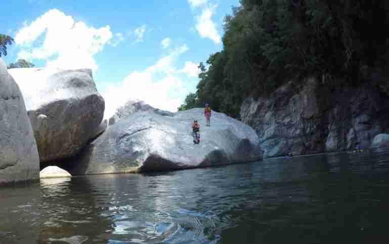 Posando en una roca gigante en Río Cangrejal