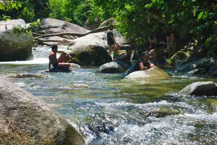 Refrescandose en la Quebrada